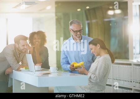 Geschäftsmann, Geschäftsfrau im Büro Geschenk geben - Stockfoto