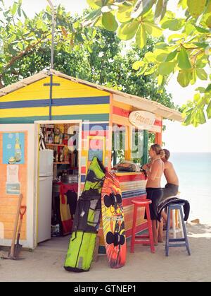 Touristen mieten Kiteboards von Coco Kite Club im Meer Seite Dorf von Las Terrenas. Halbinsel Samaná, Dominikanische - Stockfoto