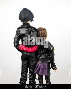 Zwei gelenkige Puppen klappbar Mann und Frau, gekleidet in Leder Kleidung liebenden Umarmung - Stockfoto