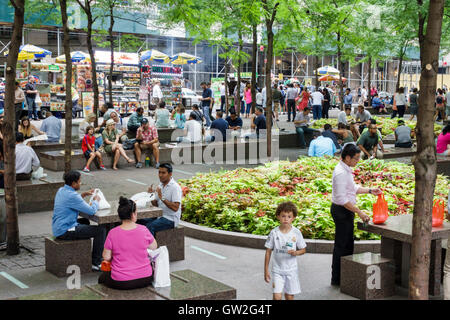 Lower Manhattan New York City NYC NY Financial District Zuccotti Park Liberty Plaza Park Volkspark voll asiatischer - Stockfoto