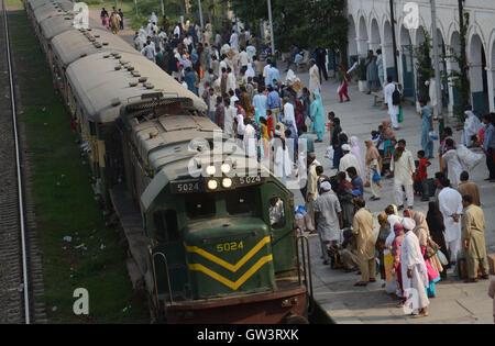 Lahore, Pakistan. 10. September 2016. Pakistanische Muslime Reisen auf Zug wie sie, um ihre Heimatstädte Reisen, den Eid mit ihren liebsten vor der muslimischen Opferfest Eid al-Adha oder Opferfest in Lahore zu feiern. © Rana Sajid Hussain/Pacific Press/Alamy Live-Nachrichten