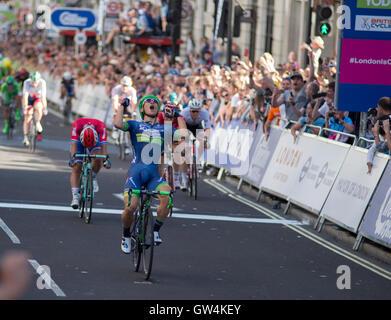 London, UK. 11. September 2016. Caleb Ewan von Orica BikeExchange ist Etappensieger der 100km 8 Etappe der Tour - Stockfoto
