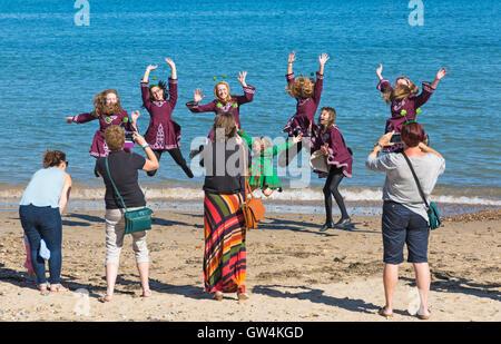 Swanage, Dorset, UK. 11. September 2016. Menschenmassen strömen auf den zweiten Tag des Swanage Folk Festival auf - Stockfoto