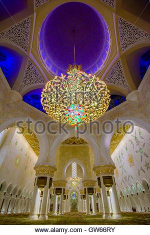 Kronleuchter im Inneren der wichtigsten Gebetsraum, Scheich-Zayid-Moschee, Abu Dhabi Emirate - Stockfoto