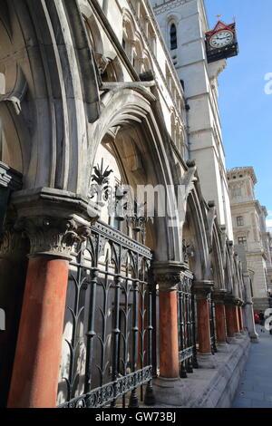 Die Royal Courts of Justice vom Strand mit Details zu den externen Säulen und Arkaden, London, Großbritannien - Stockfoto