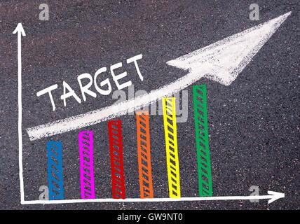Bunte Grafik gezeichnet über Asphalt und Wort Ziel mit Richtungspfeil, Business-Design-Konzept - Stockfoto