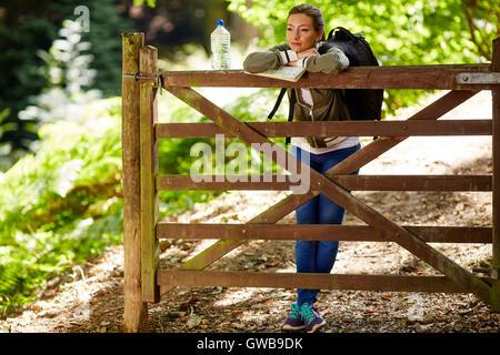 Frau zu Fuß auf Land - Stockfoto