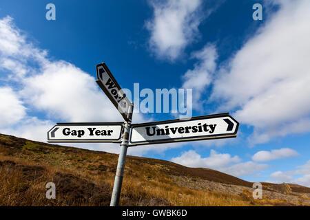 Auslandsjahr Universität Arbeit zukünftigen Wahl Lebenentscheidung entscheiden Weiterbildung Richtung Zeichen Worte - Stockfoto