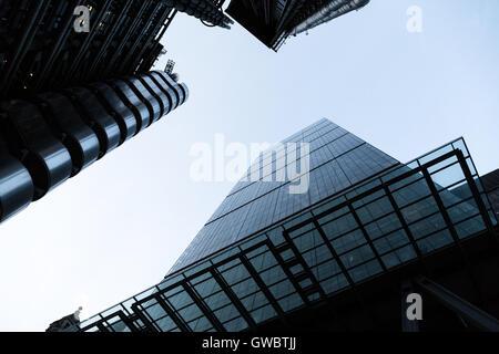 Blick auf die London Wolkenkratzer des Leadenhall Building (Cheesegrater) und Lloyds von der Straße - Stockfoto