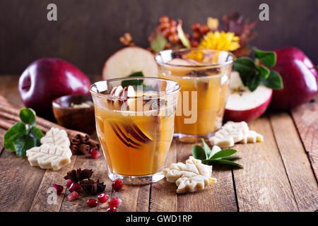 Warme Apfel-Cider mit Gewürzen - Stockfoto