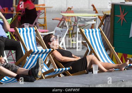 London, UK. 13. Sep, 2016. eine Frau sonnt sich auf London Riverside als London und Großbritannien wird voraussichtlich - Stockfoto