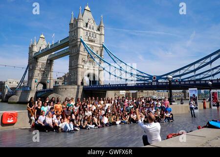 London, UK. 13. September 2016. UK-Wetter: Eine Reisegruppe haben ihre Foto vor der Tower Bridge London genießt - Stockfoto
