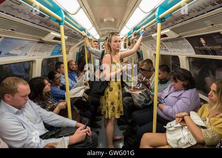 London, UK.  13. September 2016.  Pendler Reisen nach Hause in schwülen Bedingungen auf dem Rohr an einem Tag bei - Stockfoto