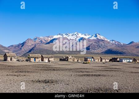 Kleines Dorf des Hirten der Lamas in den Anden. Hohen Anden-Tundra-Landschaft in den Bergen der Anden. Das, was - Stockfoto