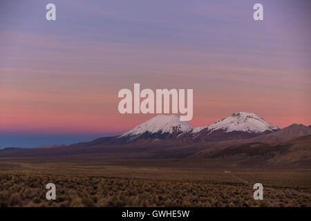 Sonnenuntergang in Anden. Vulkane Parinacota und Pomerade. Hohen Anden-Landschaft in den Anden. Hohen Anden-Tundra - Stockfoto