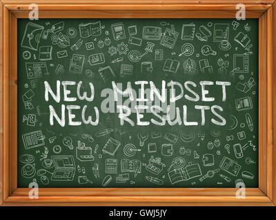 Neue Denkweise neue Ergebnisse - Hand auf grüne Tafel gezeichnet. - Stockfoto