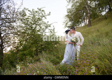 Junges Paar in Liebe im Freien. Braut und Bräutigam zu Fuß in den park - Stockfoto
