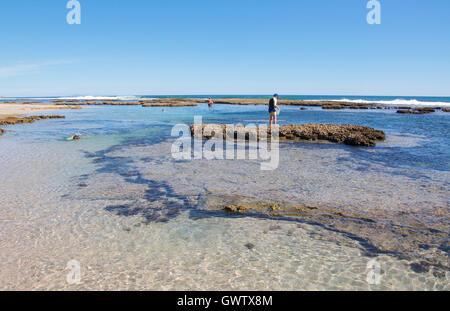 Kalbarri, WA, Australia-April 21,2016: Touristen erkunden die Tide Pools am Blauen Löcher Strand im Indischen Ozean - Stockfoto