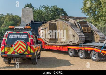 London, UK. 15. September 2016. Der Tank wird auf Horse Guards Parade auf einen Transporter auf der kurzen Fahrt - Stockfoto