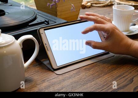 Business-Mann arbeitet an Tablet-pc im café - Stockfoto