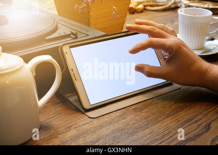 Business-Mann arbeitet an Tablet-pc im café - Stockfoto