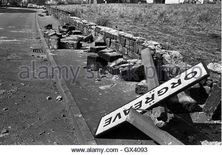 Datei Foto datiert 18.06.1984 eines verdrehten Zeichens gefällten Betonpfeilern und einer gebrochenen Wand erzählen - Stockfoto
