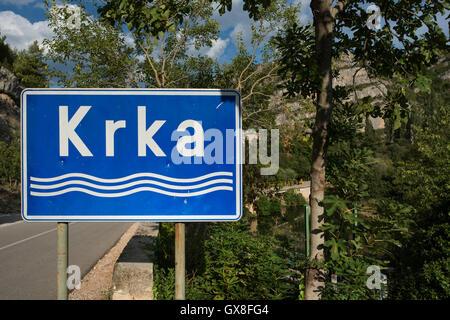 Ein Schild zeigt den Krka Fluss gesehen am Roski Slap. Krka Nationalpark Region Sibenik-Knin, Dalmatien, Kroatien. - Stockfoto