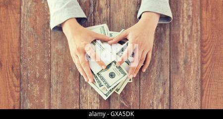 Nahaufnahme von Frau Hände uns Dollar Geld zählen - Stockfoto
