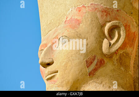 Osirian Statue der Königin Hatshepsut im Totentempel in Deir el Bahri in der Nähe von Luxor, Ägypten - Stockfoto