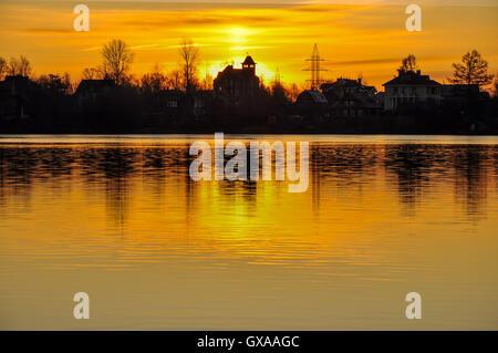 Reflexion von Gebäuden im Fluss - Stockfoto