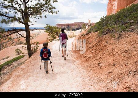 Mutter und Sohn, wandern die Queens Garden/Navajo Canyon Loop im Bryce-Canyon-Nationalpark, Utah, USA - Stockfoto