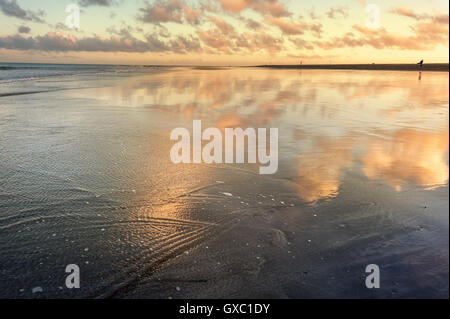Sonnenuntergang Reflexion zur Zeit der Ebbe am Strand von Maspalomas. Gran Canaria, Spanien - Stockfoto