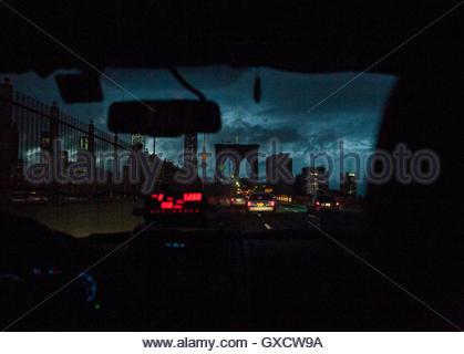 Blick durch die Frontscheibe des Taxis auf der Brooklynbridge bei Nacht, New York, USA - Stockfoto