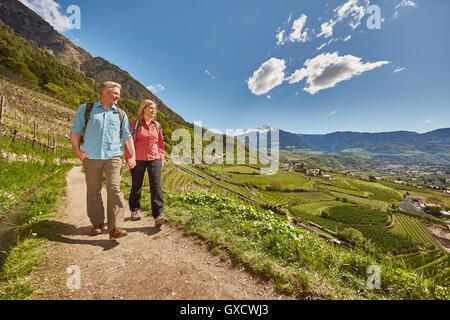 Reifen Sie paar Wandern entlang Landstraße, Meran, Südtirol, Italien - Stockfoto