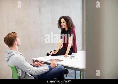 Männliche und weibliche Jungdesigner mit Diskussion im Design-studio - Stockfoto