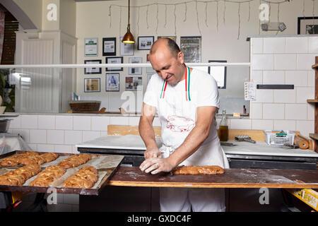 Bäcker arbeiten in Bäckerei - Stockfoto