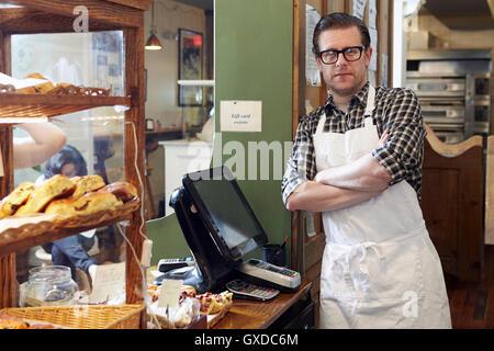 Porträt des männlichen Arbeiters in Bäckerei - Stockfoto