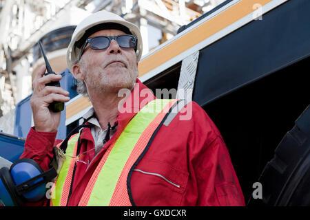 Ingenieur mit Walkie-Talkie auf Bohrinsel - Stockfoto