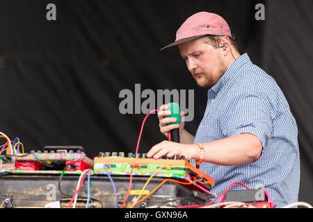 Chicago, Illinois, USA. 16. Sep, 2016. Musiker DAN DEACON tritt bei Douglas Park beim Riot Fest in Chicago, Illinois - Stockfoto