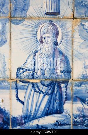Azulejo-Kacheln in Coimbra, Portugal, betenden Heiligen in Ketten - Stockfoto