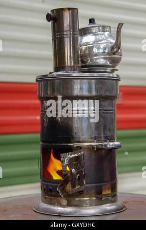 Alte russische Samowar. Ein Gerät für die Zubereitung von Tee. - Stockfoto
