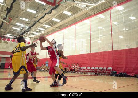 Teenager Basketball-Spieler bereit, Schuss in einem hart umkämpften Spiel von Reifen zu machen. White Bear Lake, - Stockfoto