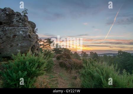 Am frühen Morgen Blick vom steinigen springen (des Teufels Sprünge) bei Frensham Blitze in Surrey, England - Stockfoto