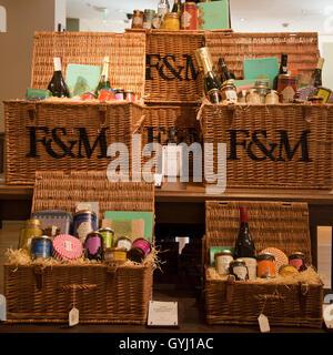 Fortnum & Mason berühmte Luxus-Picknickkörbe, London, UK - Stockfoto
