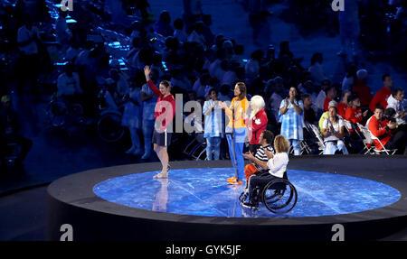 Großbritanniens Dame Sarah Storey Wellen wie sie, als neues Mitglied des Conseil IPC Athleten zusammen mit vier anderen Athleten bei der Abschlussfeier am elften Tag der Paralympischen Spiele 2016 Rio im Maracana, Rio De Janeiro, Brasilien dargestellt wird.