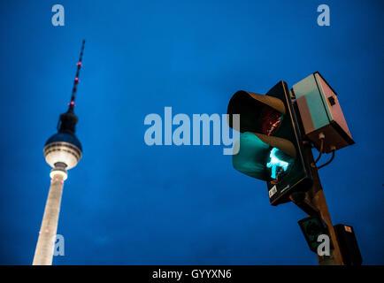 Grün zu Fuß mann abbildung, Ampelmännchen, an der Ampel mit Fernsehturm Alex in der Dämmerung, Alexanderplatz, Berlin, - Stockfoto