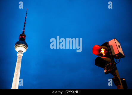 Red wandern Mann Abbildung, Ampelmännchen, an der Ampel mit Fernsehturm Alex in der Dämmerung, Alexanderplatz, Berlin, - Stockfoto