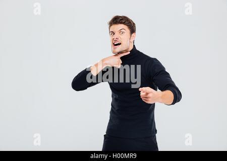 Wahnsinnig wütend junger Mann bedroht und auf Sie gerichtet - Stockfoto