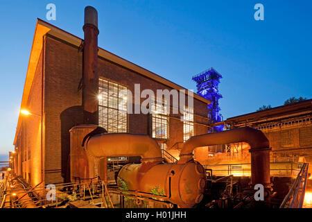 Beleuchtete ehemalige Kompressor Halle und Kühlturm der Kokerei Hansa am Abend, Deutschland, Nordrhein-Westfalen, - Stockfoto