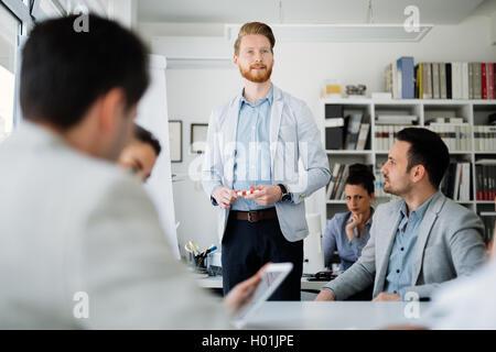 Geschäftsleute und Architekten diskutieren zukünftige Pläne - Stockfoto